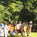 Auch die auf vielen Mittelalterfesten üblichen Feldschlachten sind für einige unserer Mannen immer wieder Pflichtprogramm. Hier nehmen die Kämpfer Aufstellung.