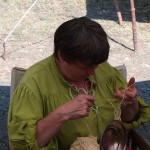 Edith beim Verarbeiten handgesponnener Wolle - altes Handwerk wird bei uns in vielen Facetten praktiziert.