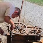 Eisen Wolle beim Reparieren seines Bollerwagens. Gar nicht so leicht, wie's aussieht...