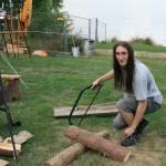 Letzte Vorbereitungen: Der Hauptmann beim Holz sägen. Mittlerweile haben wir uns - ganz un-mittelalterlich - eine Motorsäge zugelegt.